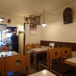 キッチンウェスト - 店内左奥のテーブル席。