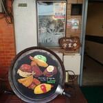 キッチンウェスト - 玄関前のオブジェがカラフルでお洒落。