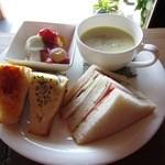 和蔵珈琲店 - サンドイッチセットのメインプレート(ゴボウと薩摩芋の豆乳スープ)
