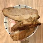 京都 麺屋たけ井 - 豚野郎ライス(自作)は4つの肉塊を載せただけの乱暴な出来。空腹によるコンディション不良ではこの有様。