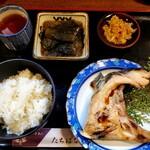 たちばな - 料理写真:カマの塩焼きとなすの煮物、ご飯には白菜のつけものがついてきました