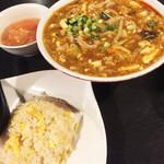 座・麻婆唐府 - 酸辣湯麺、チャーハンというメインディッシュにたどり着いたらすでに Full、、麺のボリュームがすごいですが味は間違いないです。チャーハンもさすがのぱらっとしっとり仕上げ。