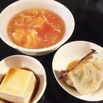 座・麻婆唐府 - サイドディッシュ3点セット。トマトスープ(マイルドな酸味が◎)、豆腐、焼き餃子(しっとり美味)
