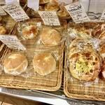 サニーサイド - 店内には種類豊富なパンが並んでいます
