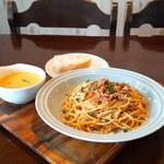 カフェ オルタ - 根菜のボロネーゼと農園人参のスープ