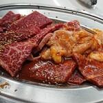 147793739 - 2人分のランチのお肉でロース2、テッチャン、バラ