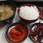 147793748 - ランチにはご飯とスープ、小鉢2つが付きます