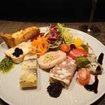 コントワール15 - 前菜盛り合わせ一人前 ¥1,200-✨キッシュにテリーヌ、パテにジャンボンペルシエ等など色々楽しめ、これだけで至福の時間が過ごせます。