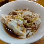 らーめん桃源 - 水餃子(3個) 120円、ランチタイムサービス価格、水餃子となってるが辛いスープに入ってるスープ餃子と言った方がいい。何もつけなくてスープと一緒に食べれる。