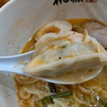 らーめん桃源 - 餃子が1個入ってる。餡が美味い。