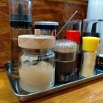 らーめん桃源 - 調味料類も綺麗に整えられている。店内も全体的に清潔である。