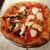 ピッツェリア イルソーレ 天サン - ピッツァ1枚目はトマトソースのロッソ、左は毎回具が異なる気まぐれカプリチョーザ、右はアンチョビにオレガノ、ガーリックを効かせたナポレターナ