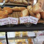 14781432 - ハード系のパンもあります。