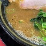 家系ラーメン王道 いしい - 豚骨も醤油も強いパンチのあるスープ。