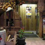 農家酒場 どはってん - 乾燥玉葱がお出迎え、藁をかきわけ入店。