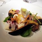 ワインバー&レストラン ブルディガラ ハービスPLAZA店 - 薄切りした仏産マグレ鴨と皮付き葡萄ナガノパープルの炙り焼き