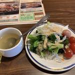 Sutekigasuto - ランチセットのサラダとスープ