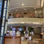 崎陽軒本店 アボリータム - お店の入口(右側に売店があります) 2階は、イタリア料理の「イルサッジオ」