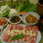 明洞 - 野菜とキムチ食べ放題!!サムギョプサルコース¥2。000