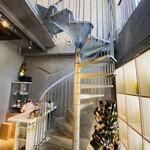 ローデヴィーニュ - 1階は無人でしたので恐る恐るらせん階段を上がって2階へ