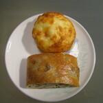 リフィート - 上;クリームチーズ。下;オリーブとローズマリー。天然酵母パン、美味しいものですね。