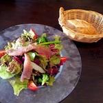 14792207 - 阿蘇の「豆の木」のバゲットと、メバチマグロのカルパッチョ サラダ仕立て