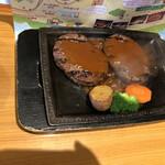 さわやか - げんこつハンバーグ250gをよく焼きで頼みますと カットなしでこのように成形されたお肉が2枚となりました。