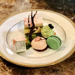 ラ・テラス - 春のアフタヌーンティーセット中段(グリオットチェリーとホワイトチョコのムース、桜と抹茶のガナッシュチョコ、抹茶のモンブラン、苺のムース、抹茶と苺のマカロン)