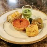 ラ・テラス - 春のアフタヌーンティーセット下段(グリーンオリーブのマリネ、桜薫る新玉ねぎのタルト、スモークチキンとポテトサラダのライブレッド、冷製グリーンピーススープ 、スコーン2種)