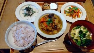 カシカ - 鶏肉と根菜とプルーンのモロカン煮込み