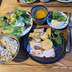 かま屋 - 料理写真:盛り方も雑な感じで、色合いもねぇ〜(´・ω・)