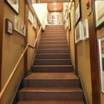 l'ala - 階段を上って行くと入り口が有ります。