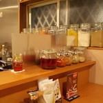 26号くるりんカレー - 厨房のスパイス類