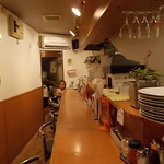 26号くるりんカレー - 店内、奥に子供が・・
