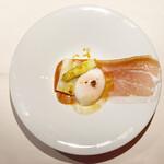 レストラン ラ・フォンテーヌ - 生ハムにホワイトアスパラ、温泉卵とトリュフ