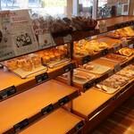 パン工房 暖家 - 料理写真:店内の様子①。