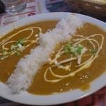インドレストランアンドバー SITAL - 右側がチキンカレー、左側がキーマカレー