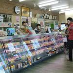 ヤスヒロ精肉店 - 精肉コーナー。お客は引切り無し…!
