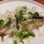 イタリア料理 スペランツァ - ②ホワイトアスパラガスのフリット、昆布〆の細魚載せ、削りチーズ掛け       ホワイトアスパラガスはもっと瑞々しい方が良い、削りチーズで細魚の繊細さが埋没       何となくちぐはぐ