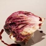 148027513 - ⑤鶉肉のフォアグラ詰め、ロースト紫キャベツ載せ、赤ワインソース掛け                         鶉はキジ科だけあり主張の強い味わいだけど美味しい                         逆にフォアグラの存在感が薄かった