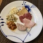 148029575 - 自家製ハムと前菜の盛り合せハーフ&ハーフ2,700円
