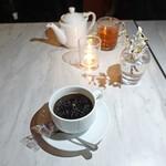 CAFE GITANE - テーブルには小花があって