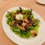 Felicita Pizzeria Torattoria - キノコと温泉卵のサラダ