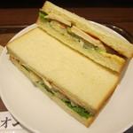上島珈琲店 - 胡麻ポテト&チキンのサンド 360円
