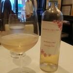 Vino Bar Due - さくら色の白ワイン。色も素敵なんですが、味わいも素敵。さわやかなのに、さくらのおっとりした落ち着きがあるんですよ。