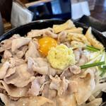 豚や - 釜玉うどん黒 熱盛り+生姜 アップ