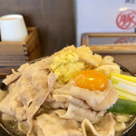 豚や - 豚肉汁かけうどん 関西風+生姜+油揚げ+生玉子 アップ