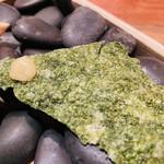 148067364 - 米と海藻のチップス。
