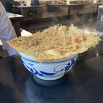 手打うどんたぐち  - どでかいかき揚げが蓋をする天ぷらうどん