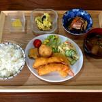 Rune - 料理写真:日替わりランチ エビフライ定食 880円